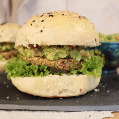 Burgeri vegani guacamole naut