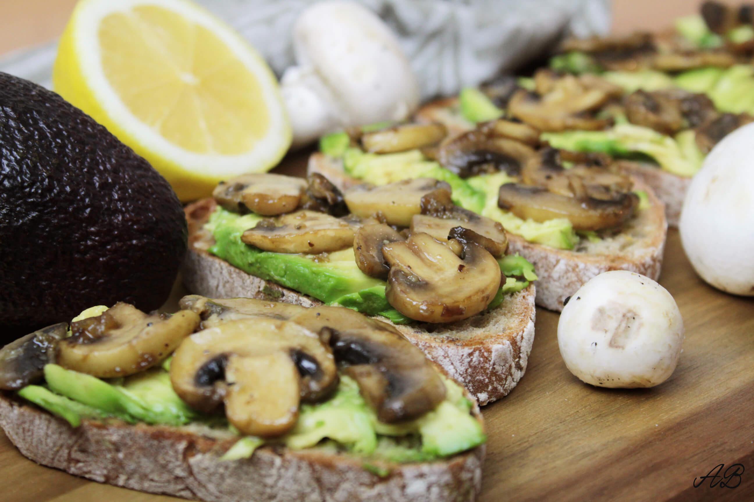 Bruschete cu avocado si ciuperci