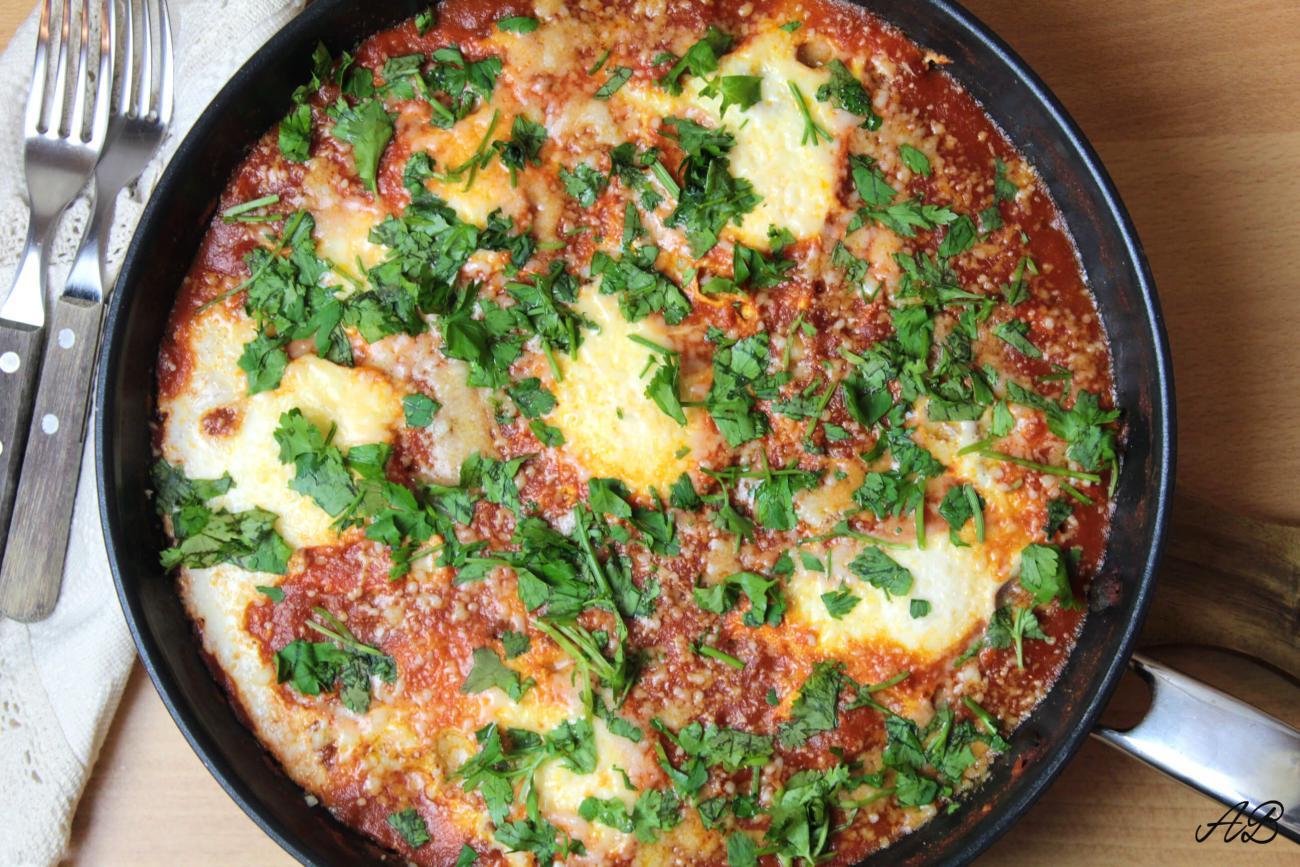Shakshuka – ouă poșate în sos de roșii