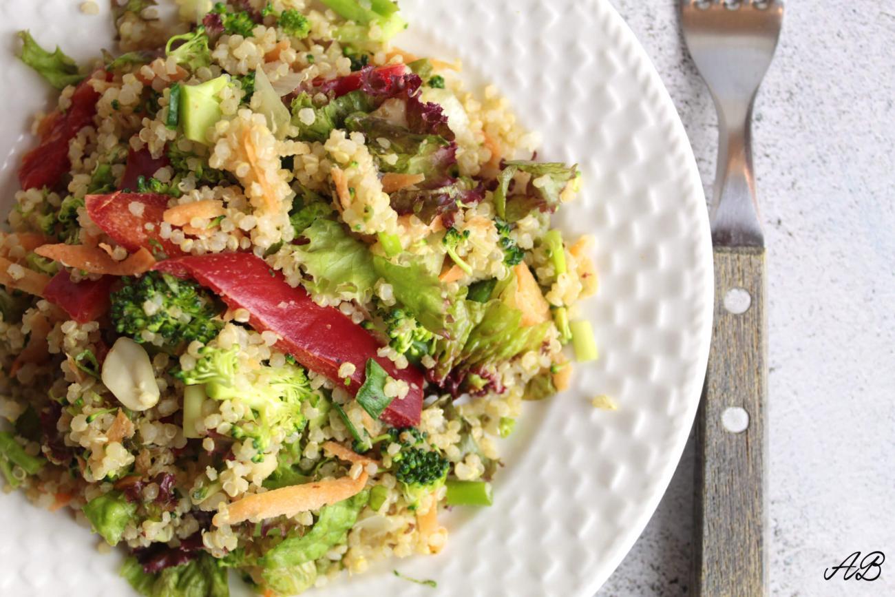 Salată cu quinoa și unt de migdale