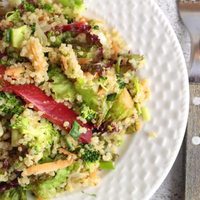 Salata cu quinoa și unt de migdale