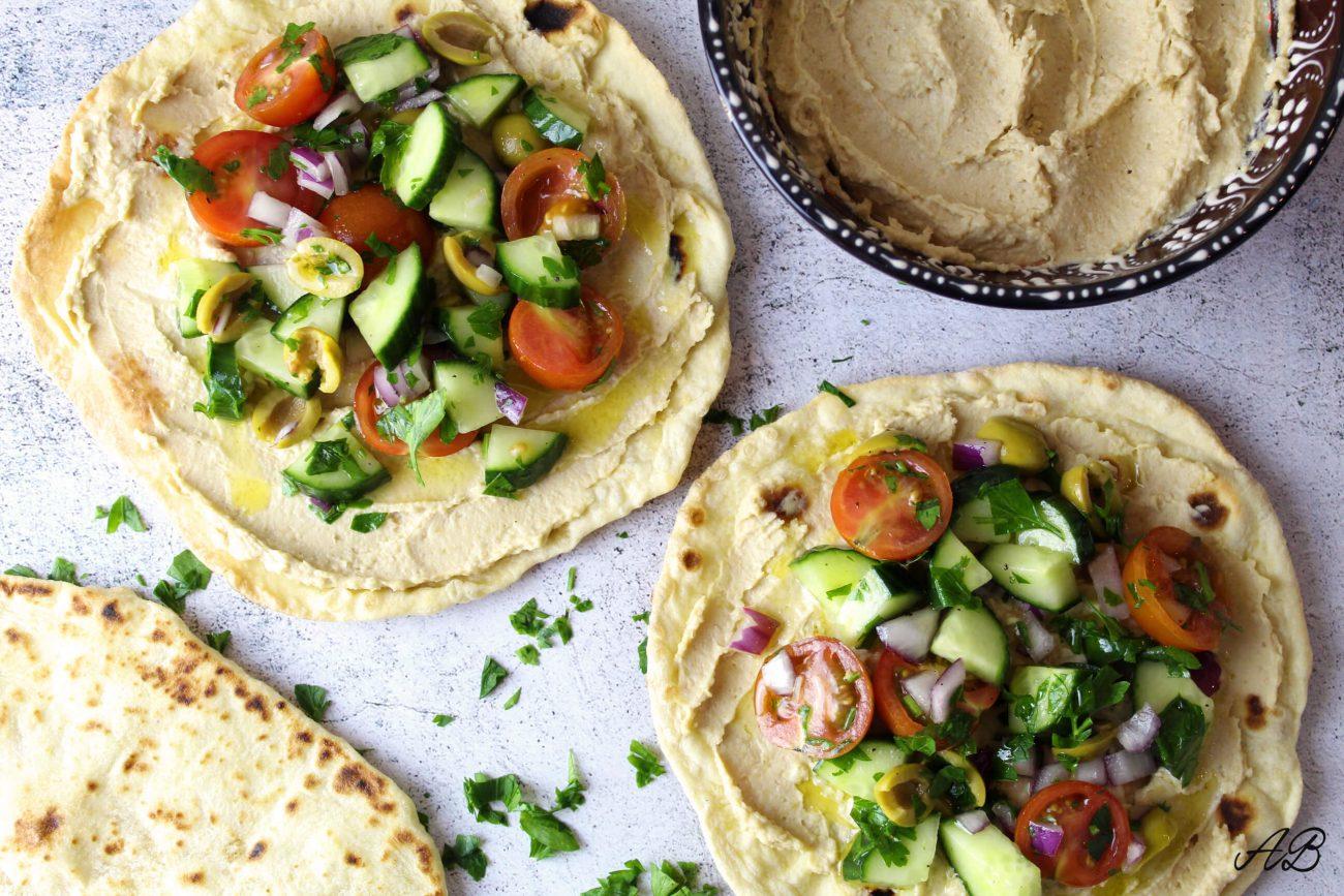 Tostada mediteraneană cu hummus și legume