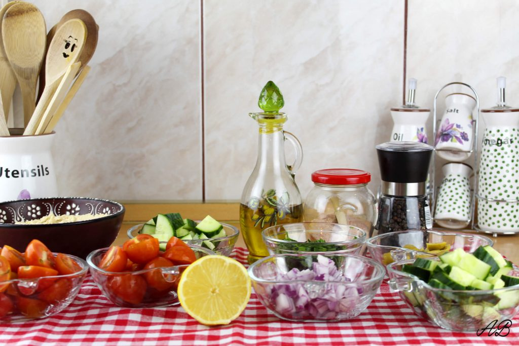 Tostada medieteraneana cu hummus si legume ingrediente